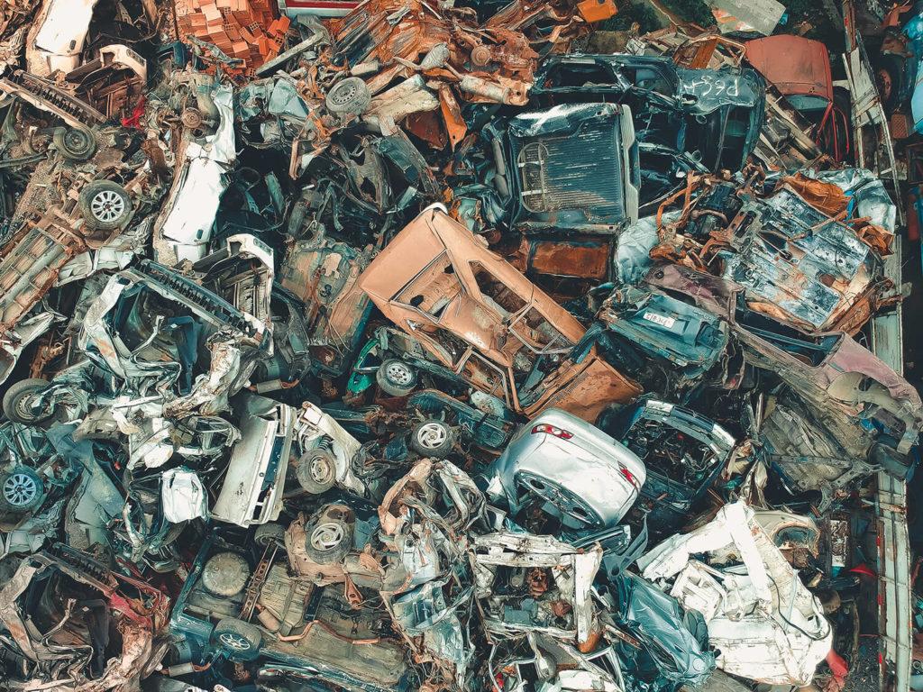 Fågelperspektiv av en bilskrot med många trasiga bilar